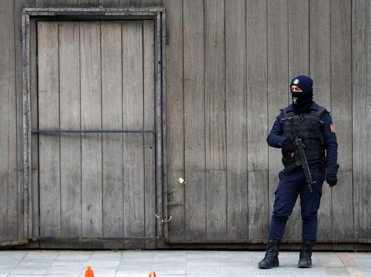 Een Turkse politieman bij nachtclub Reina in Istanbul, waar een IS-aanslag begin dit jaar 39 levens eiste.  Beeld REUTERS