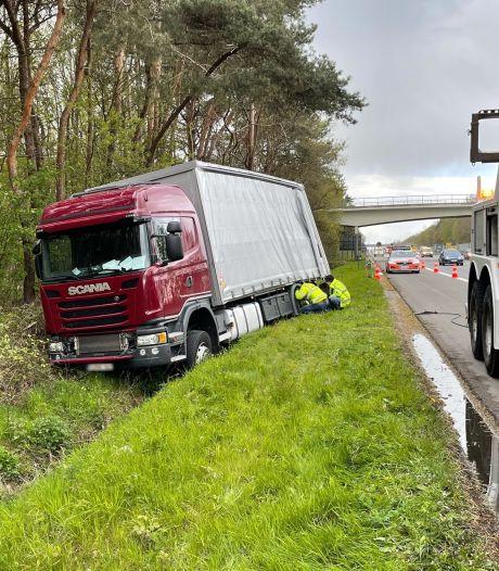 Chauffeur wordt onwel op E40 en belandt met vrachtwagen in gracht