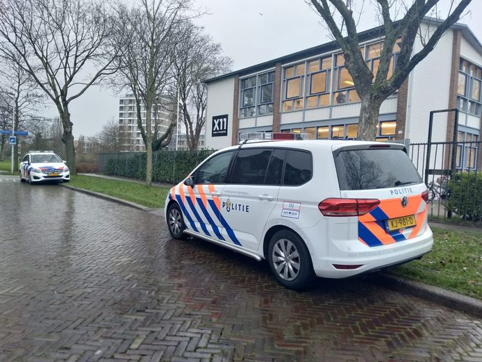 Een politieauto voor de Utrechtse middelbare school X11.