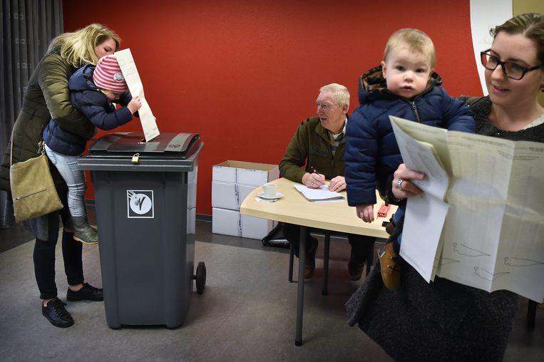 In de brandweerkazerne van Heesch brengt een vrouw haar stem uit bij de Tweede Kamerverkiezingen van 15 maart 2017. Beeld Marcel van den Bergh