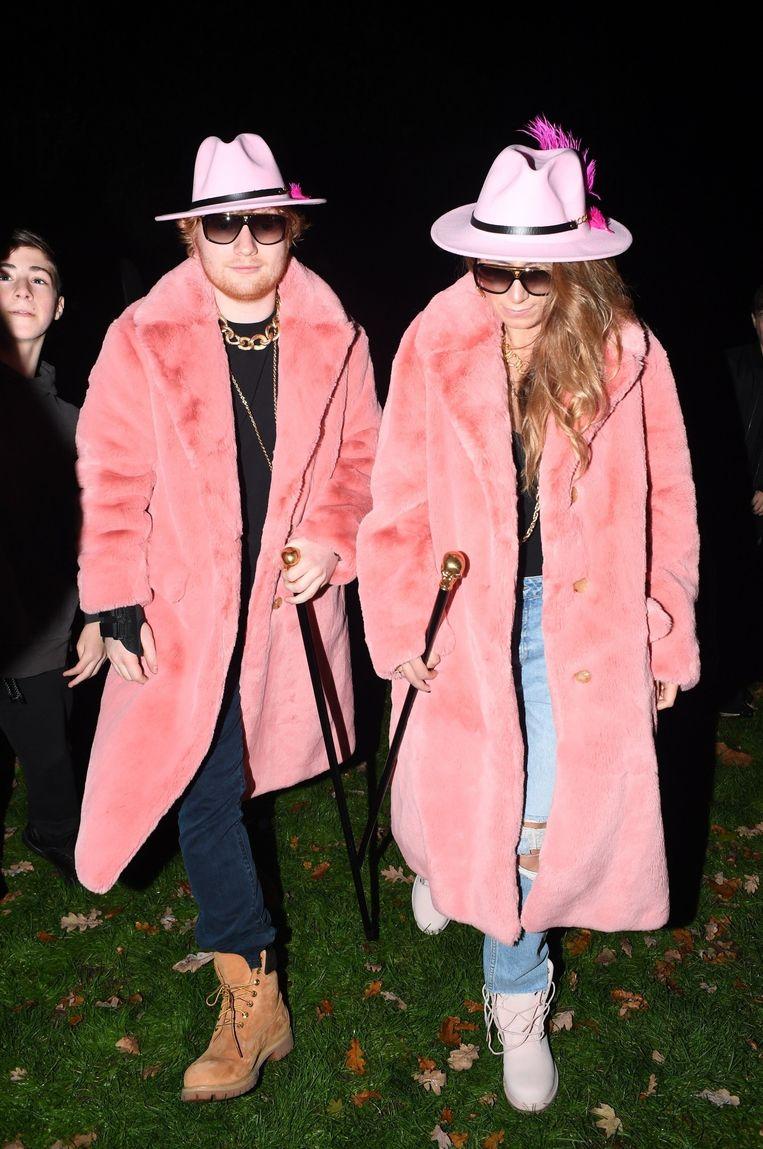 Muzikant Ed Sheeran en zijn vriendin Cherry Seaborn in kleurige jas voor Halloween.