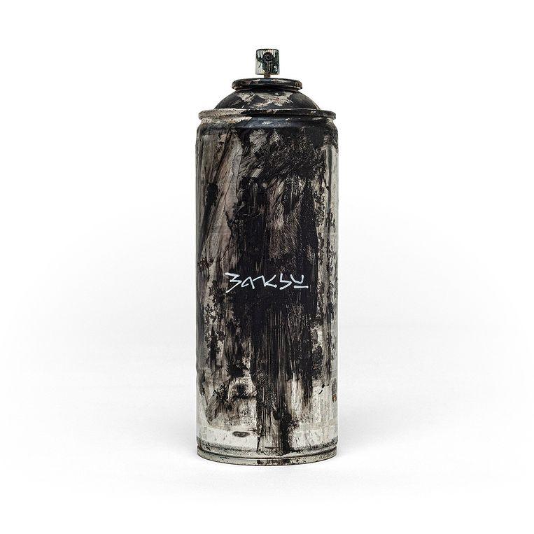 Banksy's spuitbus van 10 pond. Waarschuwing: 'Iets van de inhoud kan missen.' Beeld Banksy