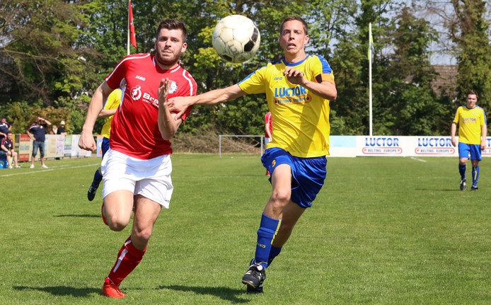 Hulst 20190419 Clinge aanvaller Chris Seghers (links) en duel met HVV'24 verdediger Niels Breijaart