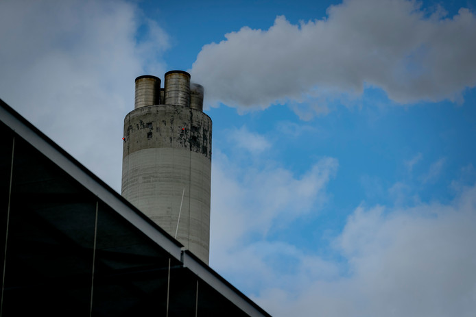 Een schoorsteen van het Amsterdamse Afval Energie Bedrijf (AEB).