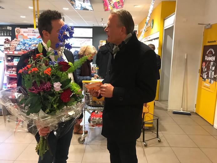Bloemen voor supermarkteigenaar Jan Heemskerk van de Zevenaarse VVD-fractie.