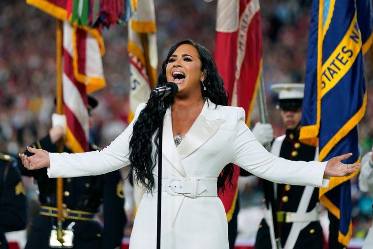 Lovato zingt het Amerikaanse volkslied tijdens de NFL Super Bowl in 2020. Beeld AP