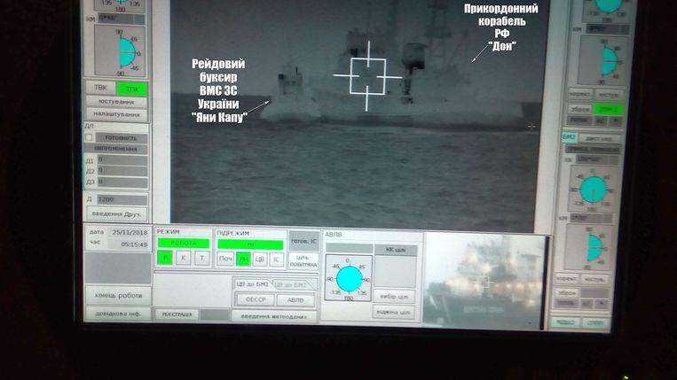 Op dit beeld van de Oekraïense marine zou te zien zijn hoe een Russische grenspatrouille (rechts) botst met de Oekraïense boot.  Beeld REUTERS