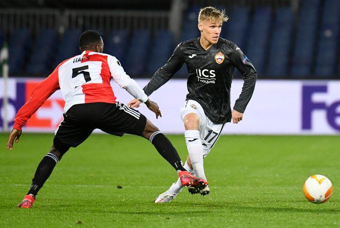 Arnór Sigurdsson, hier in duel met Feyenoorder Ridgeciano Haps, was trefzeker tegen Sotsji.