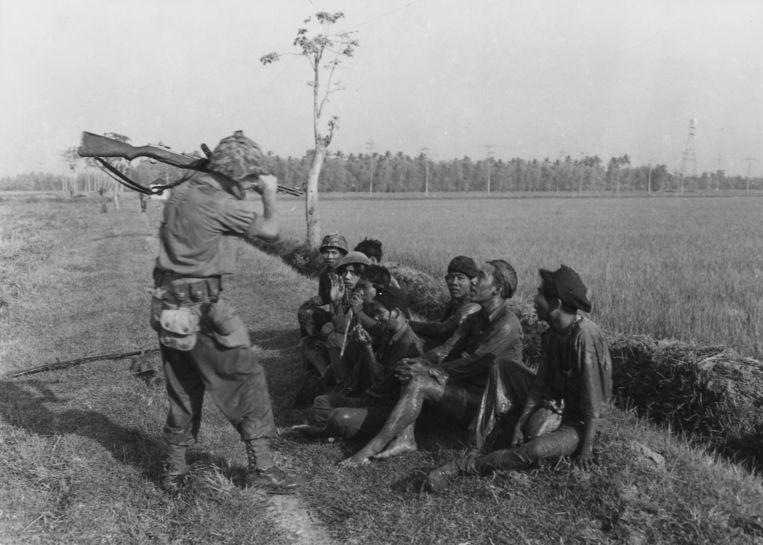 Nederlandse soldaat in dreigende houding tijdens de koloniale oorlog 1945-1949.  Beeld  H. Wilmar, NIMH