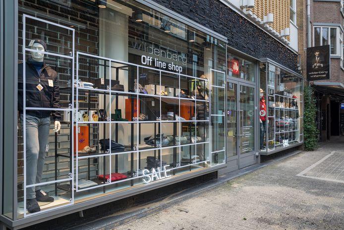 Modezaak Wildenberg in Eindhoven heeft zijn etalage getransformeerd tot een offline shop.