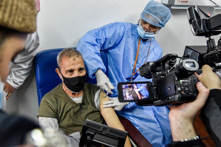 Een man in Algerije wordt ingeënt met het Russische vaccin. Ook onder meer Argentinië, Tunesië, Armenië en de Verenigde Arabische Emiraten gebruiken Spoetnik V al. Beeld AFP