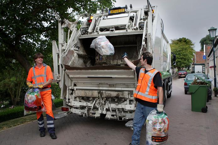 Vuilnismannen van RAD halen afval op.