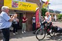 Evelien van der Werff fietst langs alle inloophuizen van Nederland. Hier is ze bij Poppy's  in Oosterhout.