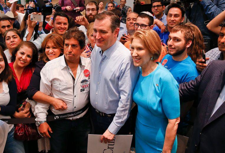 Carly Fiorina (rechts) poseert samen met Ted Cruz (midden) en zijn aanhangers tijdens een campagnerally in Miami. Beeld AP