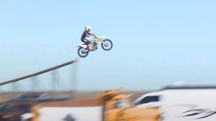 Parti d'une rampe de lancement, Alex Harvill a été éjecté de sa moto à l'atterrissage sur une butte de terre