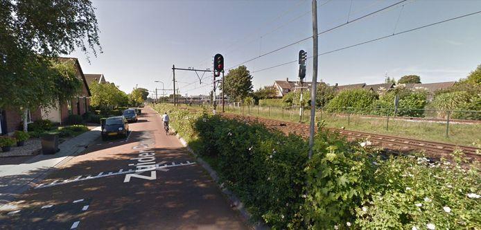 De Zuider Parallelweg in Dieren. Fietsers zouden bij een te hoog scherm midden op de weg gaan fietsen, wat gevaarlijk is.