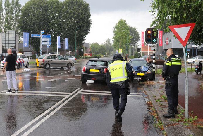 Bij het ongeval op de Grote Beer in Veenendaal ontstond veel schade.
