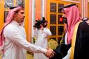 Een opmerkelijk moment in oktober 2018 als Salah Khashoggi (links) de hand schudt van kroonprins Mohammed bin Salman. De familie van Khashoggi meldde later dat men de moordenaars vergiffenis had geschonken.