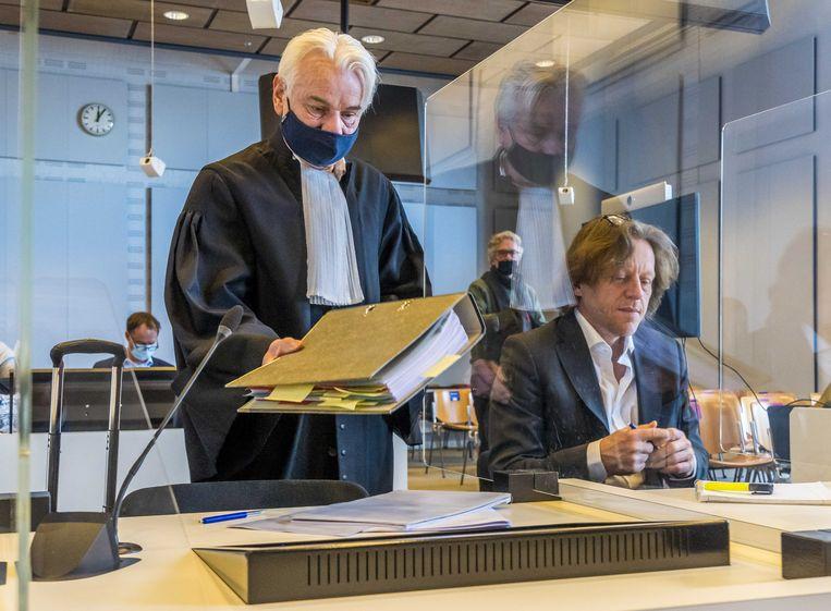 Bestuurslid Marnix van der Werf (rechts) van de Partij voor de Dieren (PvdD) en advocaat Phon van den Biesen in de rechtbank.  Beeld ANP