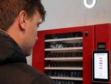 Een snoepautomaat waarbij je met data betaalt en een robothand om oma te knuffelen: wil je dat wel?