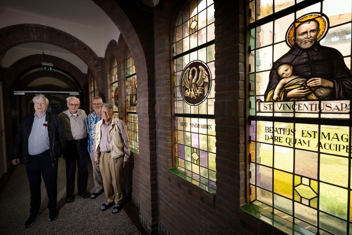De congregatie H. Harten van Jezus en Maria viert haar 125-jarig bestaan, met (vlnr) Rogier van Rossum, Frans Waalders, Jan Wouters en Theo van Zoggel.