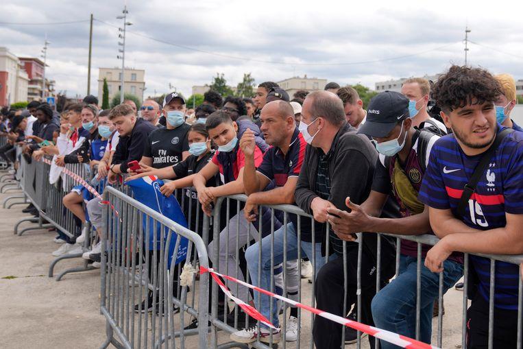 PSG-fans wachten Lionel Messi op in Parijs. Beeld AP