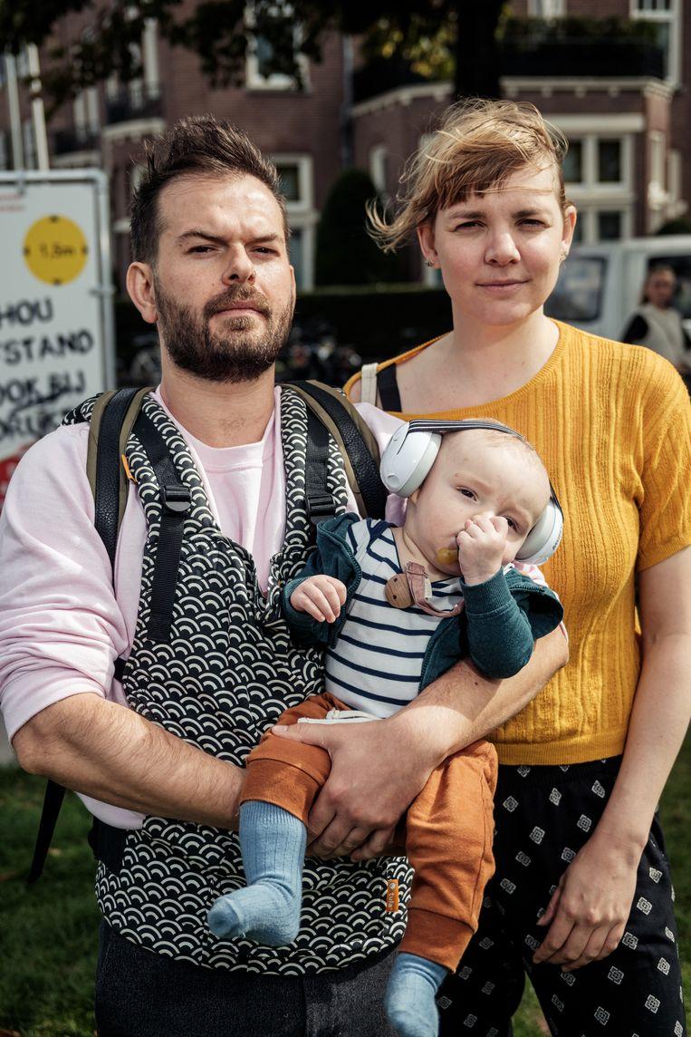 Carlos Zorita Diaz, baby Manu en Sophie ter Schure: 'We zullen ander werk moeten zoeken.' Beeld Jakob Van Vliet