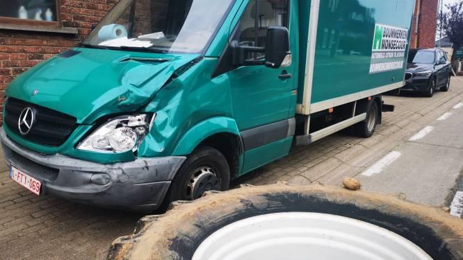 Afgebroken tractorwiel slaat op hol en beukt in op geparkeerde vrachtwagen