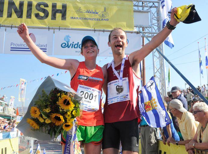 De snelste vrouw in de Zeeuwse Kustmarathon, de Nijkerkse Ilonka van den Hengel, deelt het erepodium, met de snelste man: haar uit Woudenberg afkomstige vriend Rik Wolswinkel.