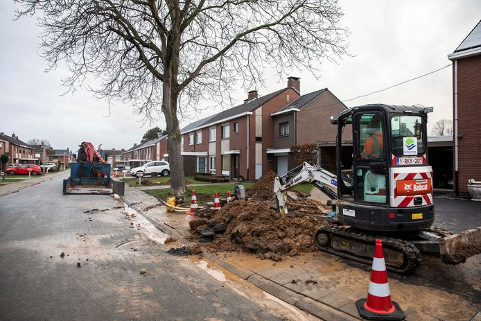 Bij een herstelling van een waterlek in Nieuw-Sint-Truiden is zondagvoormiddag een gasleiding geraakt.