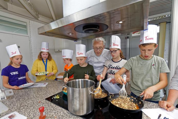 Kookclub LCC zoekt de beste jeugdkok en kookt daarvoor met kinderen in wijkcentrum Dommelbergen.