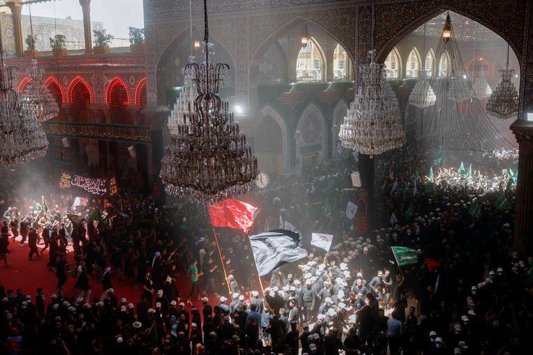 In een moskee in de Iraakse heilige stad Kerbala komen sjiitische moslims bijeen voor Ashura, de belangrijkste religieuze herdenking voor de sjiieten. Tijdens Ashura herdenken zij de martelaarsdood van imam Hussein, tijdens de slag bij Kerbala in het jaar 680. Hussein was de kleinzoon van de profeet Mohammed.  Beeld REUTERS