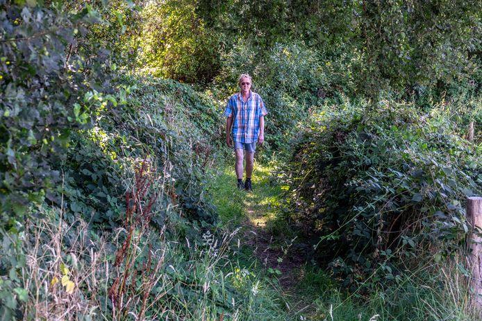 Harald Rudolph loopt over het bijna verborgen laarzenpad in Vortum-Mullem. Hij schat dat er zo'n 100 mensen per jaar over het laarzenpad komen.