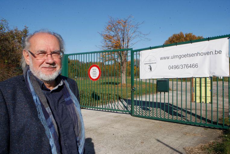Buurtbewoner Roland Deboes aan het vliegveld van Goetsenhoven.