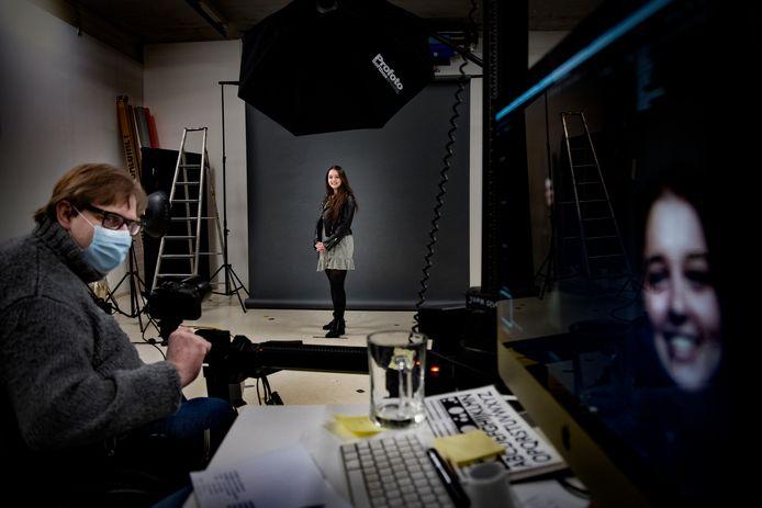 John Geven zet in zijn studio in Nuenen woningzoekenden op de foto om ze een gezicht te geven. Hier is hij bezig met de foto van Danicq van de Langenberg.