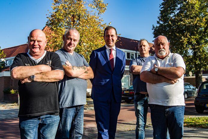 Lodewijk Asscher in Deventer-Voorstad met de Overlevers van toen (vlnr): Willem Kers, Carel Roelvink, Jan Dijk en Tonnie Lunenburg.