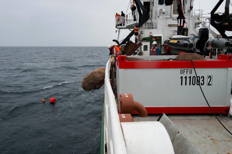 Greenpeace gooide grote zwerfkeien in natuurgebied de Klaverbank