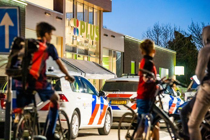 Politie bij de Plus-supermarkt in Budel-Schoot, kort na de gewapende overval eerder deze maand.