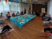 Evelien luncht bij Vicki Brownhuis tijdens monsterfietstocht langs inloophuizen
