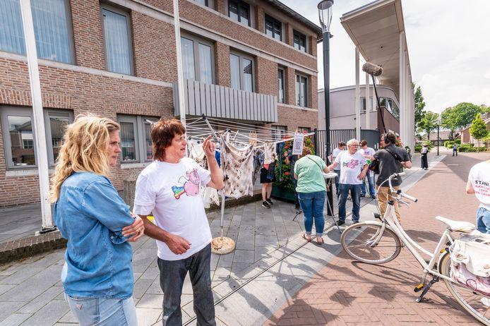 Sophie Hilbrand (l) was onlangs aanwezig bij een ludieke actie van bewoners van de Graspeel bij het gemeentehuis in Zeeland. Om de stankoverlast onder de aandacht te brengen hingen ze in varkensmest gedrenkte kledingstukken aan een waslijn.