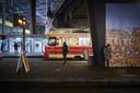 Een vrijwel leeg perron bij de trams voor het Centraal Station tijdens de lockdown.