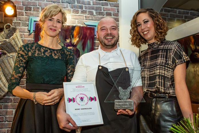 René Vermeulen van restaurant 't Spuihuis, met rechts naast hem zijn vrouw Astrid, ontving de Ondernemersprijs 2019 uit handen van staatssecretaris Mona Keijzer (links) in het pop-up restaurant op het Ravelijn te Bergen op Zoom.