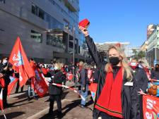 200 medewerkers protesteren voor hoofdkantoor in Utrecht tegen bezuinigingsplannen van NS