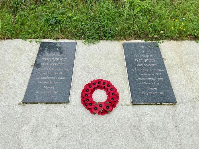 Ook aan de gedenkstenen langs het Albertkanaal legde het intieme gezelschap een krans neer