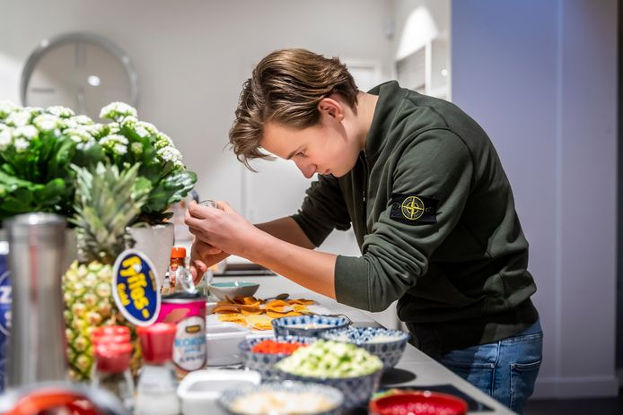 Helmond ED2020-8590 Leerlingen van het Dr.-Knippenbergcollege in Helmond koken tijdens een online kookwedstrijd. *Hippe Dijkstra* aan het werk in de keuken.