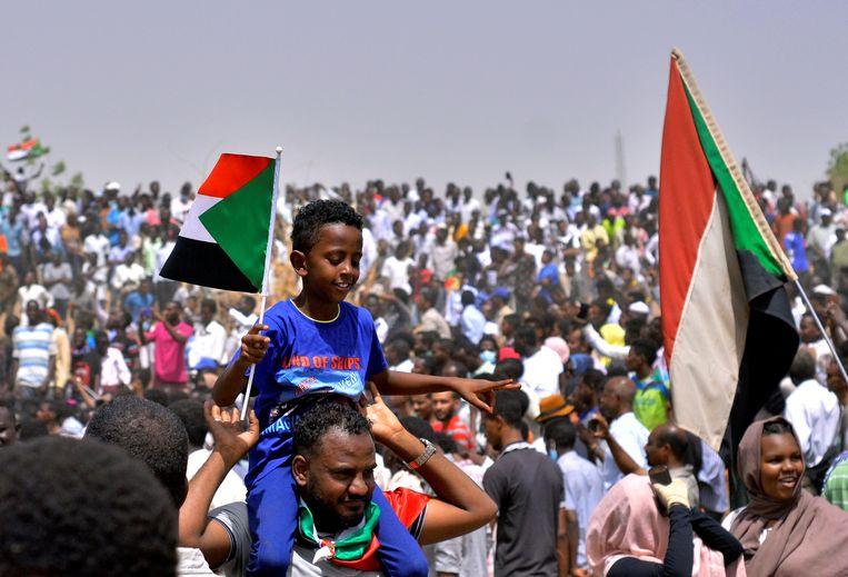 Sudanezen komen op straat om het vertrek te eisen van de generaals van het regime. Beeld REUTERS