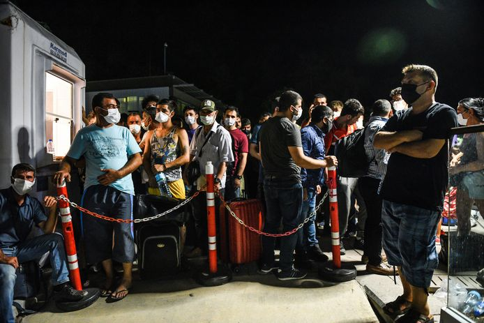 Mensen wachten om geëvacueerd te worden via boot.