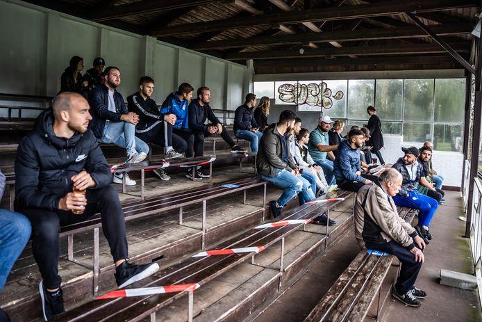 Publiek op anderhalve meter bij de derby VDZ - SML in Arnhem eerder deze herfst.