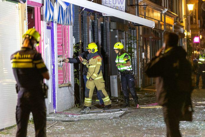 In het centrum van Alkmaar zijn vrijdag in alle vroegte meerdere ramen gesprongen na een plofkraak. Een geldautomaat aan de Achterstraat werd rond drie uur met twee harde knallen opgeblazen.