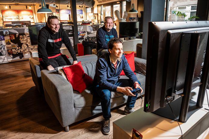 Het team van E-sports Game Arena, waaronder v.l.n.r. Richard de Knegt, Youri van Baerveldt en Thomas Runhart, organiseert tijdens de avondklok een online gametoernooi.